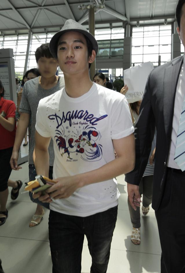 金秀炫現身仁川機場 赴倫敦助陣韓國國家隊_201202