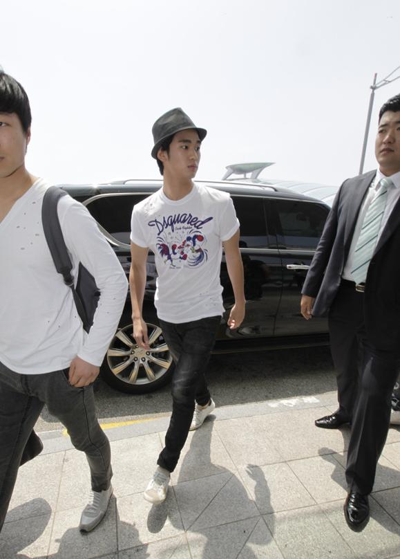金秀炫現身仁川機場 赴倫敦助陣韓國國家隊_201201