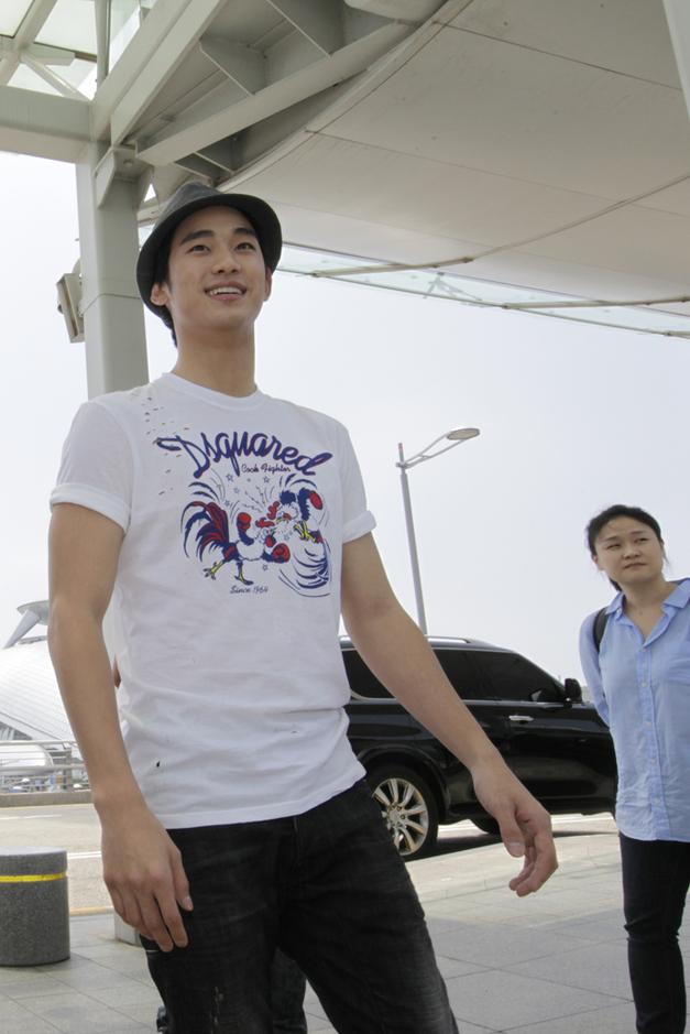 金秀炫現身仁川機場 赴倫敦助陣韓國國家隊_201203