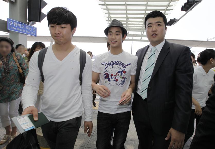 金秀炫現身仁川機場 赴倫敦助陣韓國國家隊_201206