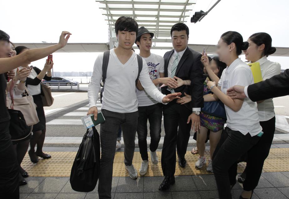金秀炫現身仁川機場 赴倫敦助陣韓國國家隊_201209