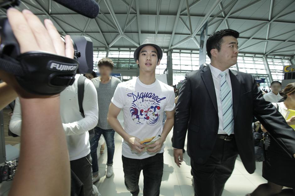 金秀炫現身仁川機場 赴倫敦助陣韓國國家隊_201210