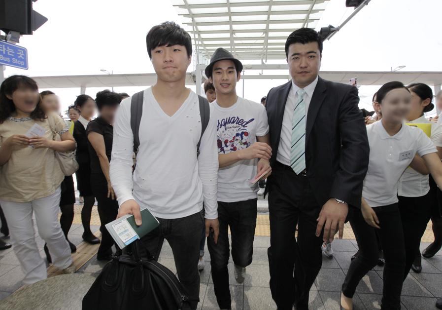 金秀炫現身仁川機場 赴倫敦助陣韓國國家隊_201205