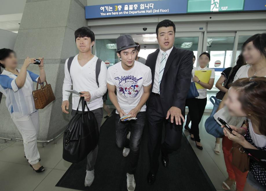 金秀炫現身仁川機場 赴倫敦助陣韓國國家隊_201207