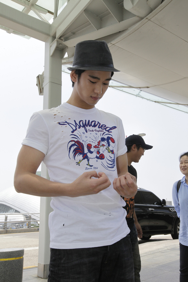 金秀炫現身仁川機場 赴倫敦助陣韓國國家隊_201204