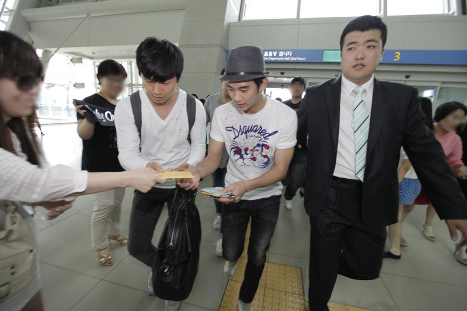 金秀炫現身仁川機場 赴倫敦助陣韓國國家隊_201208