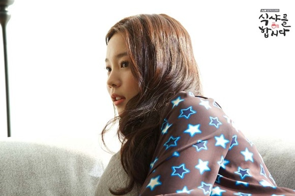 《一起吃飯吧》中尹曉熙散發新鮮的臉孔及可愛的魅力