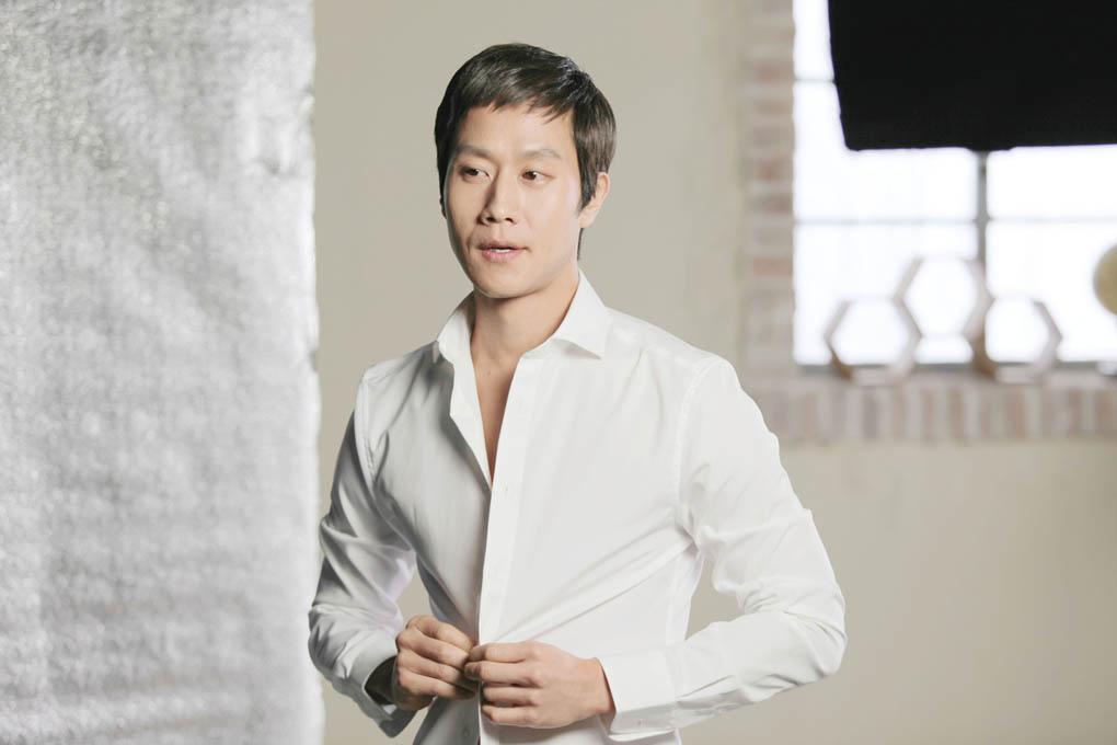 鄭宇化妝品廣告幕後照曝光 變身西裝風度男_1