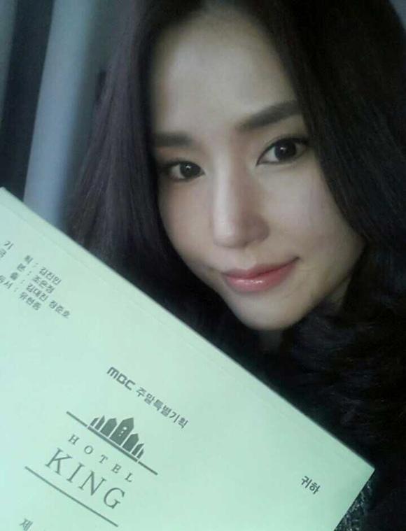 孔賢珠公開「Hotel King」劇本照 超近距離依然無瑕肌膚惹人羨