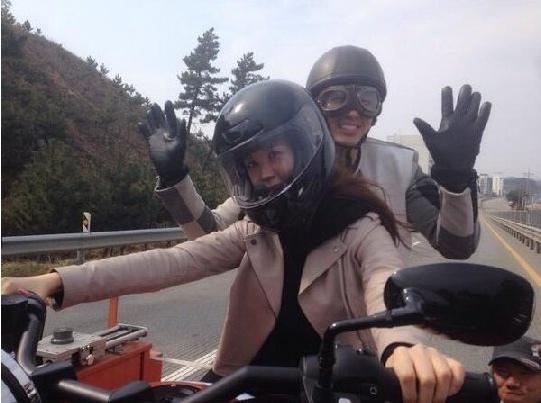 李多海、2AM任瑟雍公開摩托車照 可愛無敵