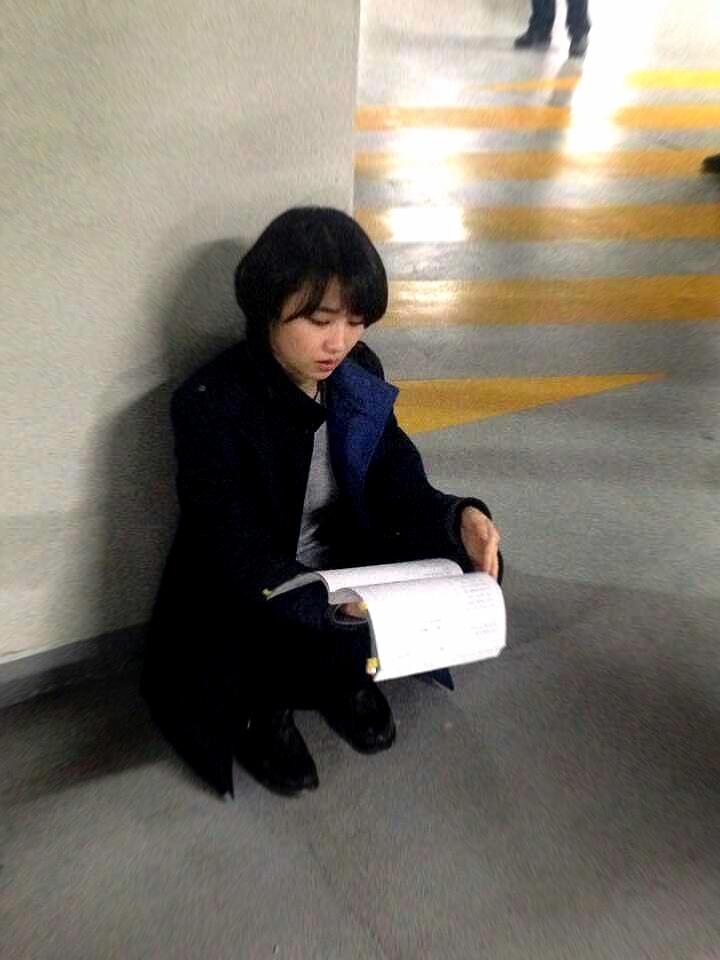 《Three Days》朴河善拍攝現場劇本不離手 _2