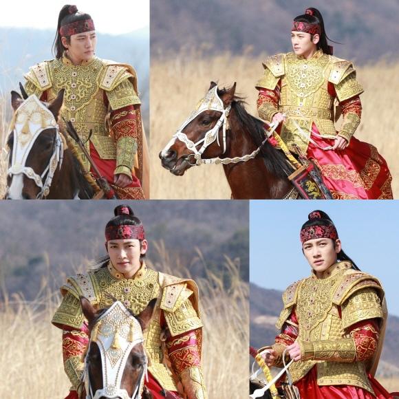 「奇皇后」池昌旭,耀眼的騎馬照..騎馬的樣子也像「畫報」
