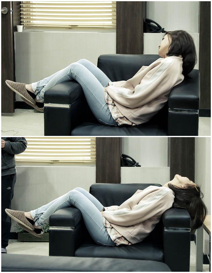 李詩英拍戲辛苦片場打盹 沙發橫躺不顧形象