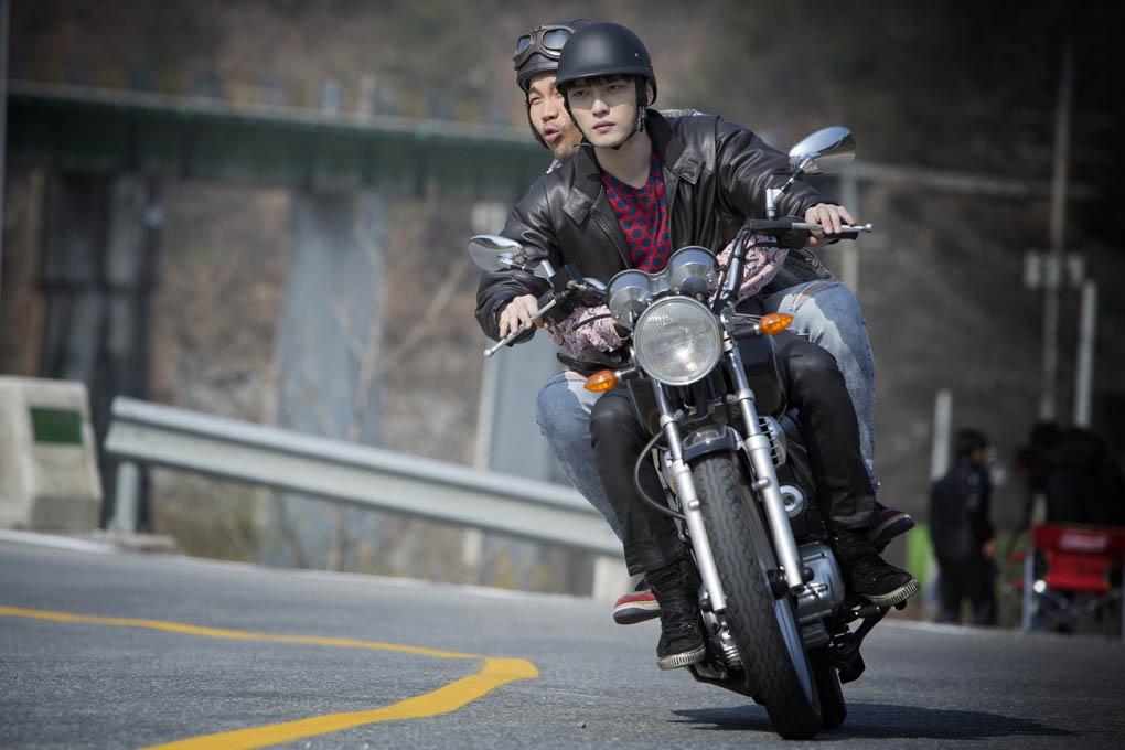JYJ金在中新劇《Triangle》裡騎摩托 展現男人魅力_1