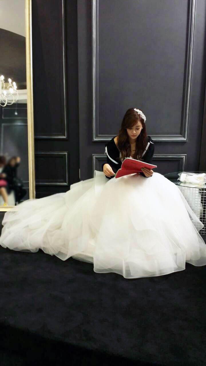 《改過遷善》曝片場照 After School珠妍劇本不離手 _2