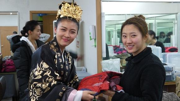 河智苑「奇皇后」終演向工作人員們獻上精心準備的禮物表謝意