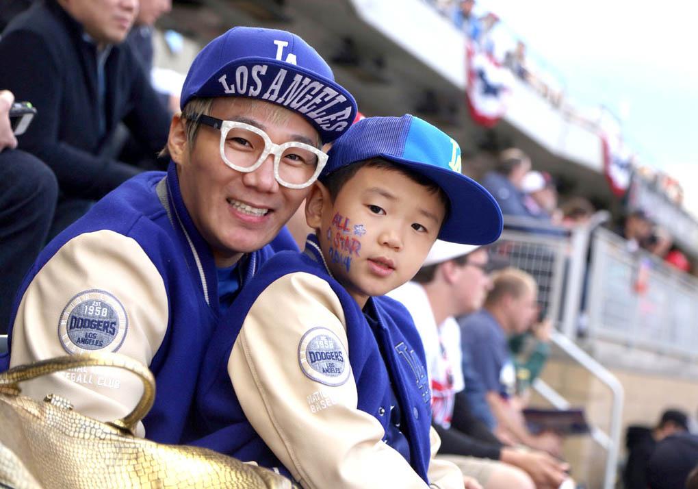 尹民秀一家赴美家族旅行 觀看職業棒球大賽不忘賣萌 _1