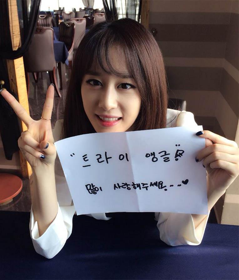 T-ara智妍公開《Triangle》片場照 頭插梳子秀可愛_2
