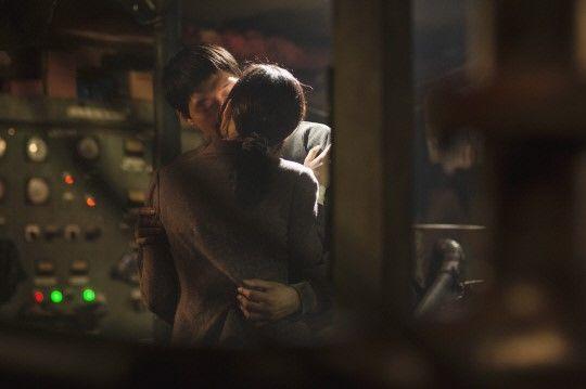 《海霧》公開朴有天與韓藝莉的接吻場景_2