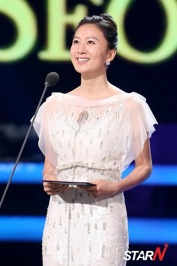 首爾電視劇大賞 金喜愛,摘得最佳女演員獎「和劉亞仁一起演戲很幸福」