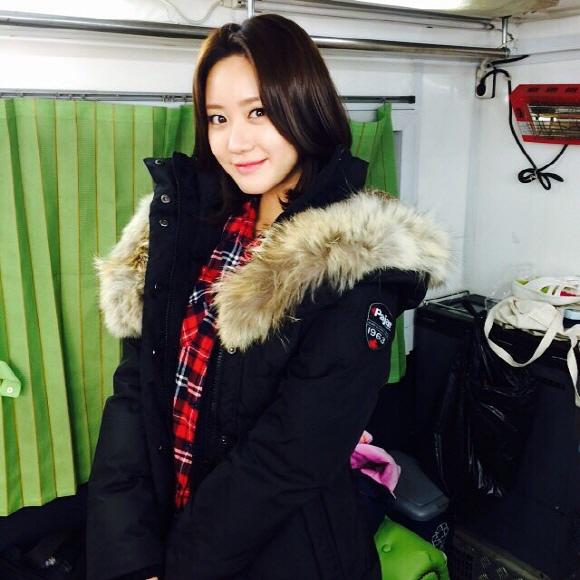 韩可露(音译)近况 厚重外套现身展示冬季时尚