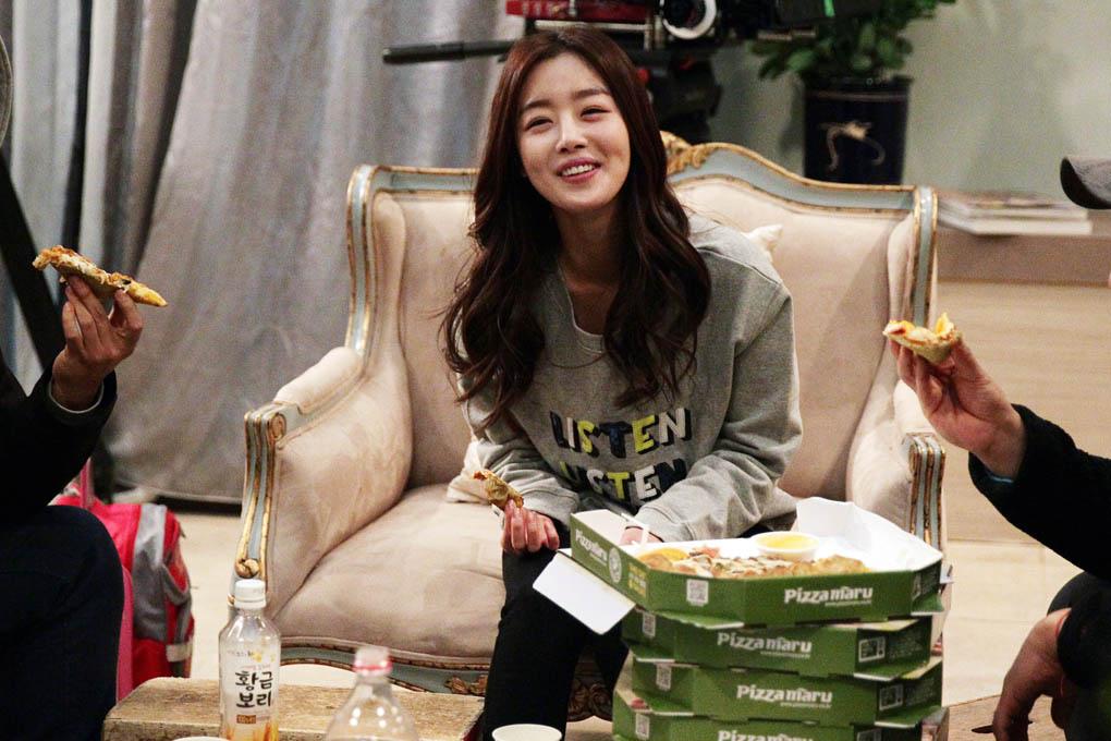 韓善花款待《玫瑰色的戀人們》劇組吃Pizza _1