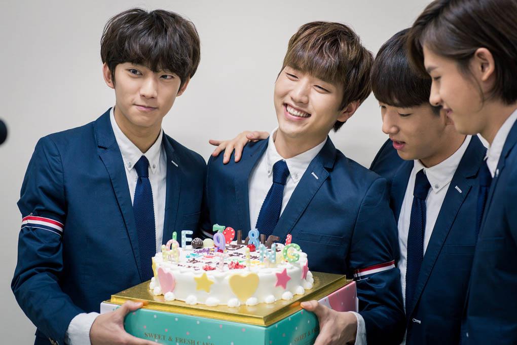B1A4送蛋糕 到《百折不撓具海拉》片場 _1