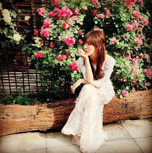 金素妍曬近照 純白女神美過花