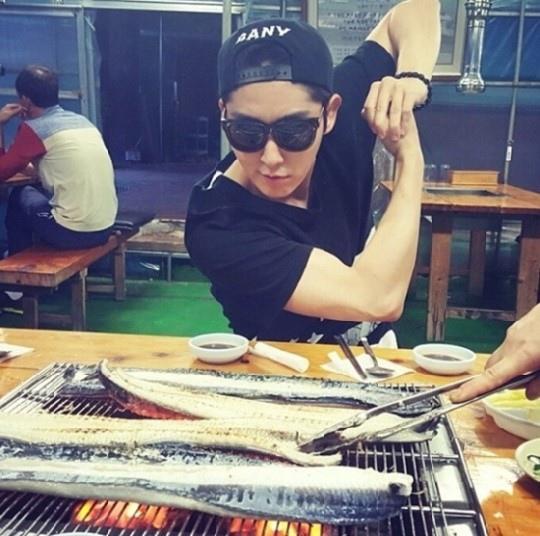 李準基曬鰻魚大餐:墨鏡也隱藏不住的興奮