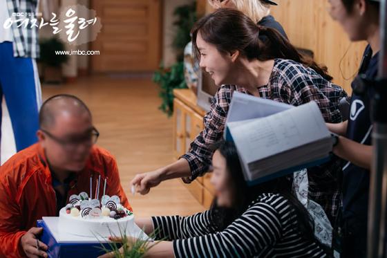 《讓女人哭泣》曝溫馨一幕 集體為工作人員過生日_1