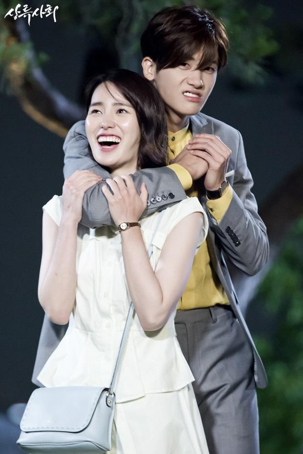 《上流社會》曝花絮照 朴炯植林智妍轉悲為喜_2