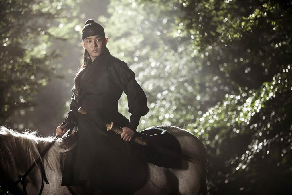 《六龍飛天》劉亞仁首張劇照釋出 白馬仗劍英氣逼人_1