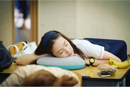 《二十歲》曝幕後照 崔智友疲倦難擋現場熟睡