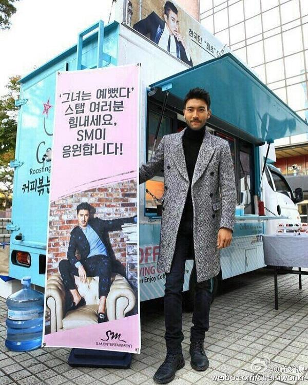SM為《她很漂亮》送咖啡車 崔始源稱感動