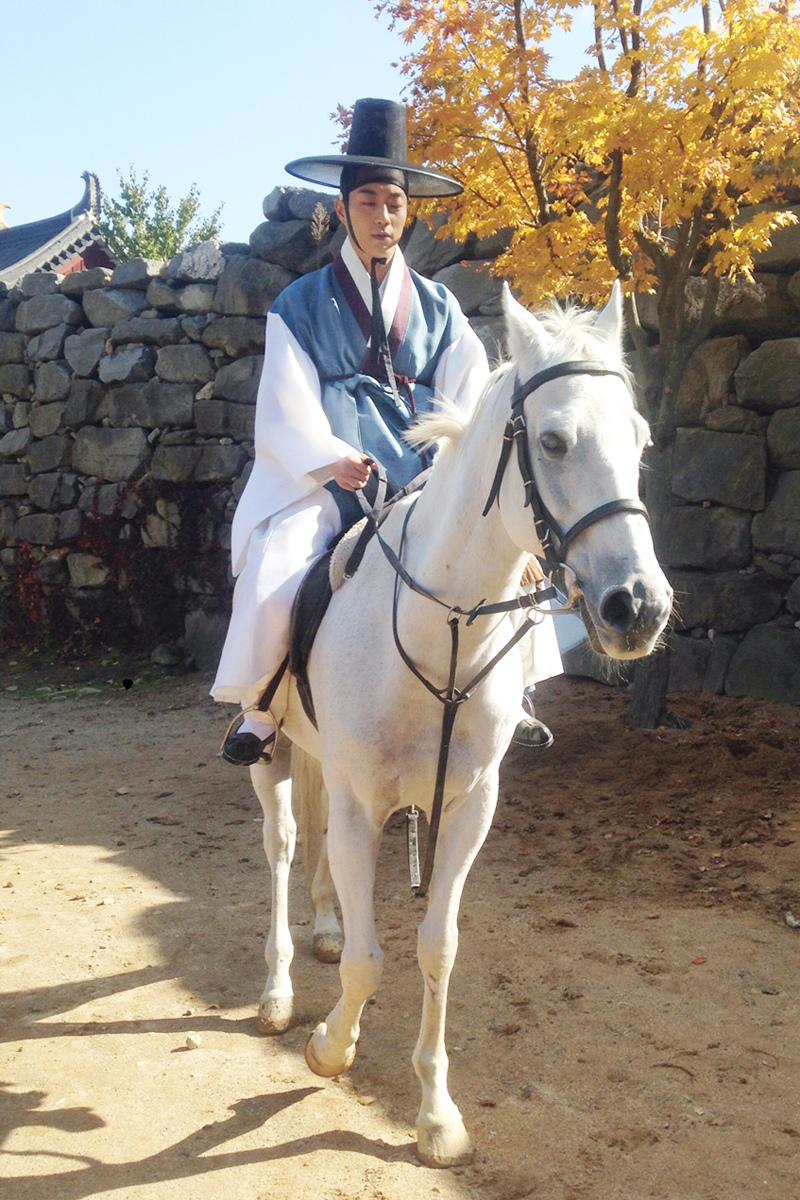 《撲通撲通LOVE》劇照 BEAST尹斗俊穿韓服騎白馬變朝鮮君王