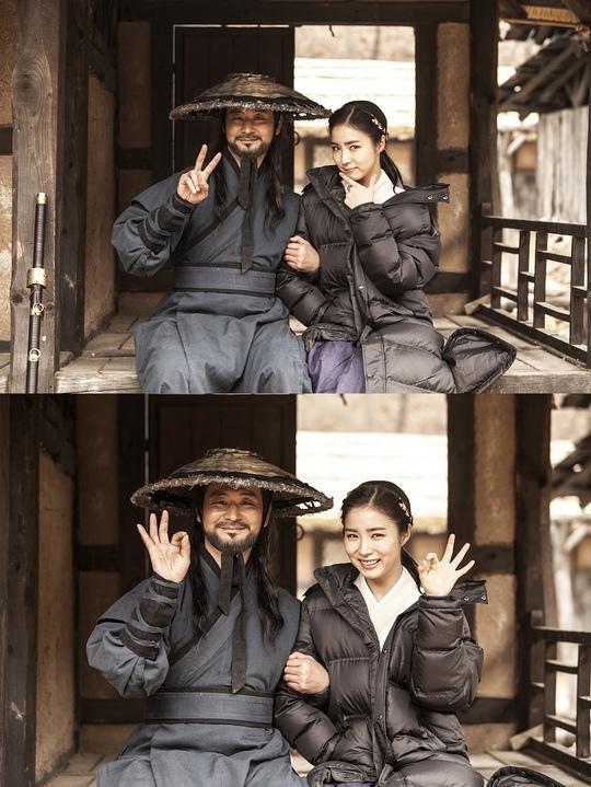 《六龍飛天》曝申世景與朴赫權片場照 畫面溫馨如同父女