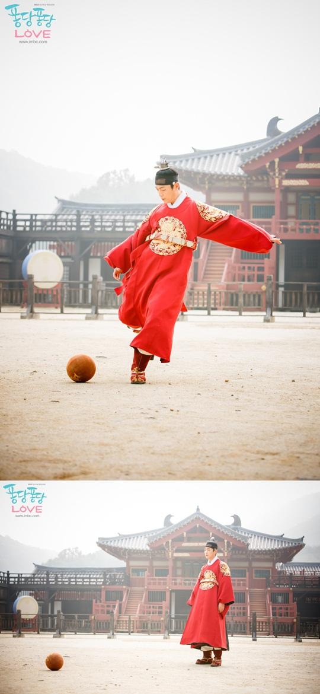 《撲通撲通LOVE》BEAST尹斗俊踢足球變朝鮮梅西