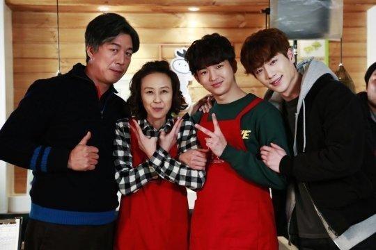 徐康俊與「洪雪一家」合影公開 戲裡戲外氛圍和睦