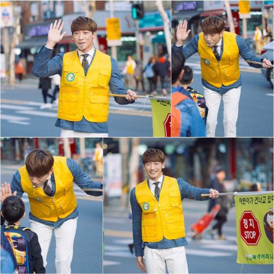 《回來吧大叔》劇照 Rain變交通安全員護學生過馬路