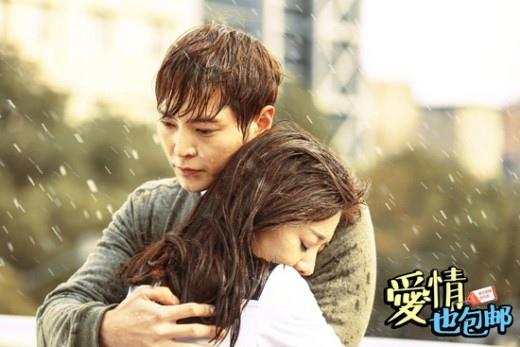 周元主演中國電視劇發劇照 與女主角雨中浪漫擁抱