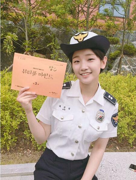 朴素丹SNS曬照 變身美貌女巡警