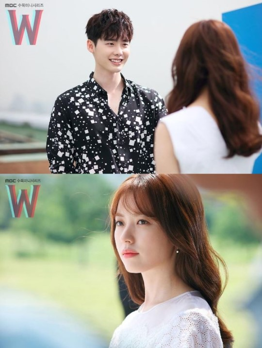 《W》最新劇照發布 李鍾碩韓孝周面對面