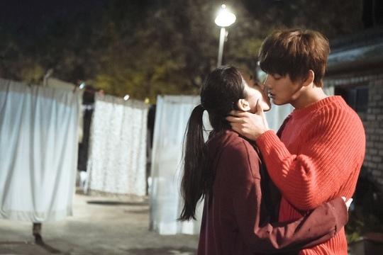 MBC新劇曝預告照 尹施允曹秀香屋頂浪漫擁吻