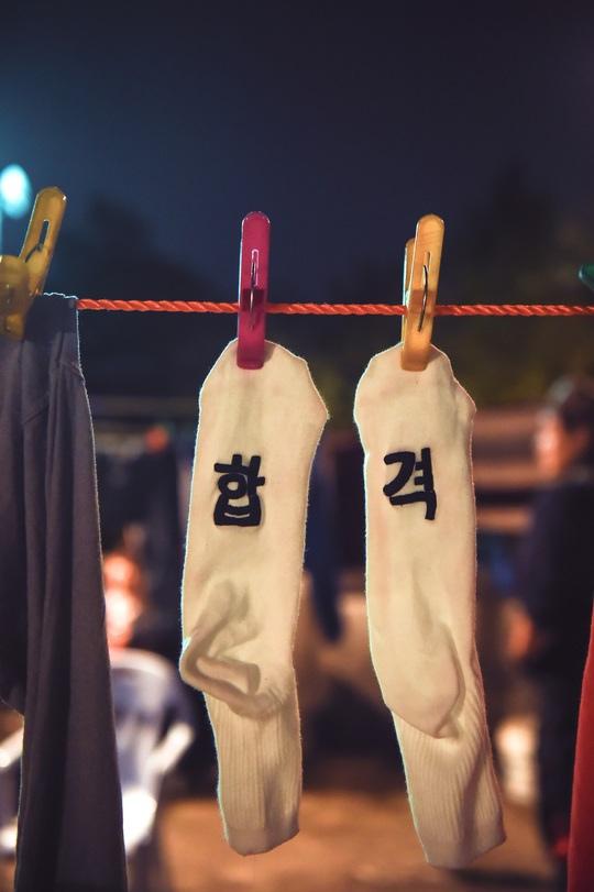 MBC新劇曝預告照 尹施允曹秀香屋頂浪漫擁吻_2