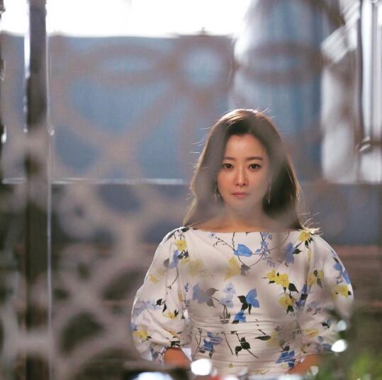 金喜善SNS發布新照 優雅端莊童顏依舊