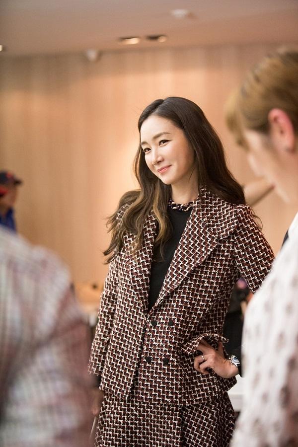 《拖旅行箱的女人》崔智友現場照發布 優雅時尚魅力十足_2