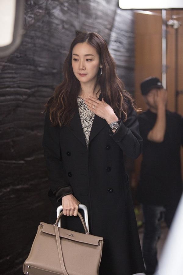 《拖旅行箱的女人》崔智友現場照發布 優雅時尚魅力十足