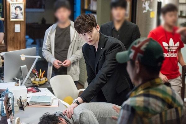 《W》李鍾碩拍戲花絮公開 神情專注展男神魅力_6