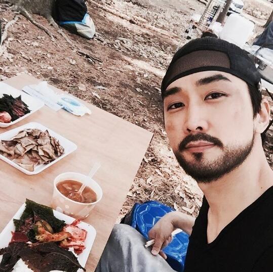 宋承憲SNS發布自拍 拍攝間隙享用美食
