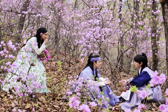 《戀愛中的王》公開劇照 潤娥任時完洪宗玄組團春遊